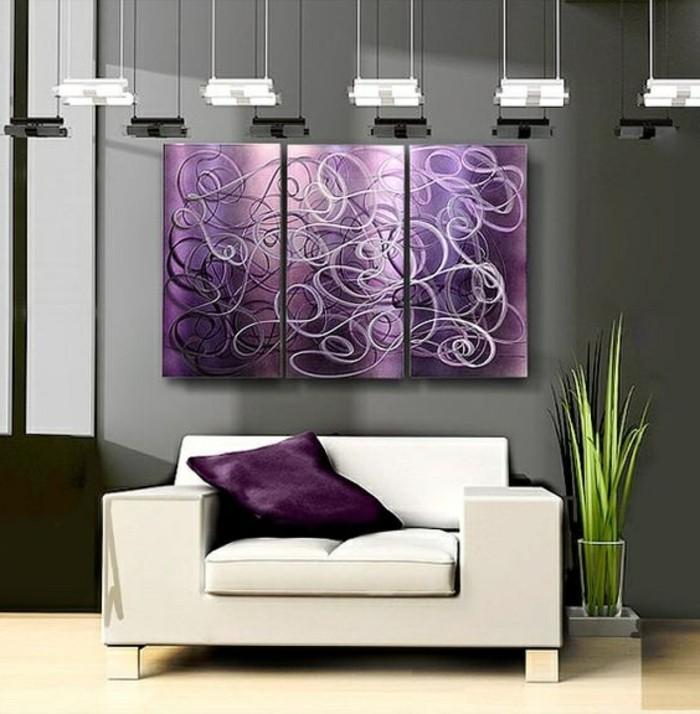 moderne-wandgestaltung-lila-weiser-sofa-grune-pflanze-lampen