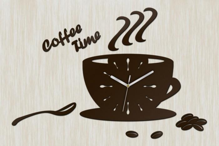 moderne-wanduhren-coffee-time-braunes-zifferblatt-teeloeffel-kaffeebohnen