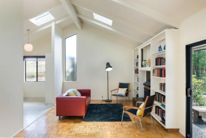 modernes-buecherregal-in-weisser-farbe-rote-sofa