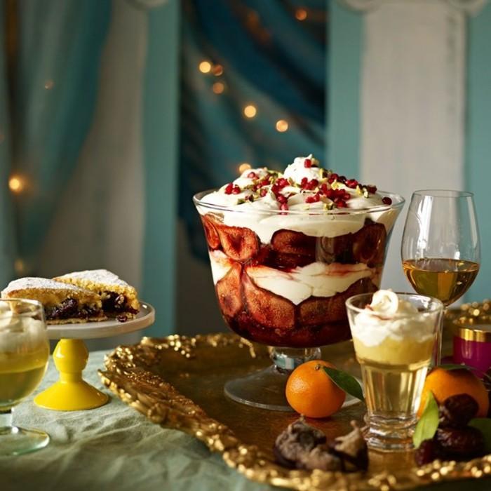 nachspeise-im-glas-leichte-desserts-nachspeise-weihnachten-kuchen-puderzucker-obst-doerrobst