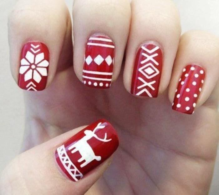 nageldesign-ideen-in-ront-und-weis-sneeflocke-hirsch-weihnachten-nagel