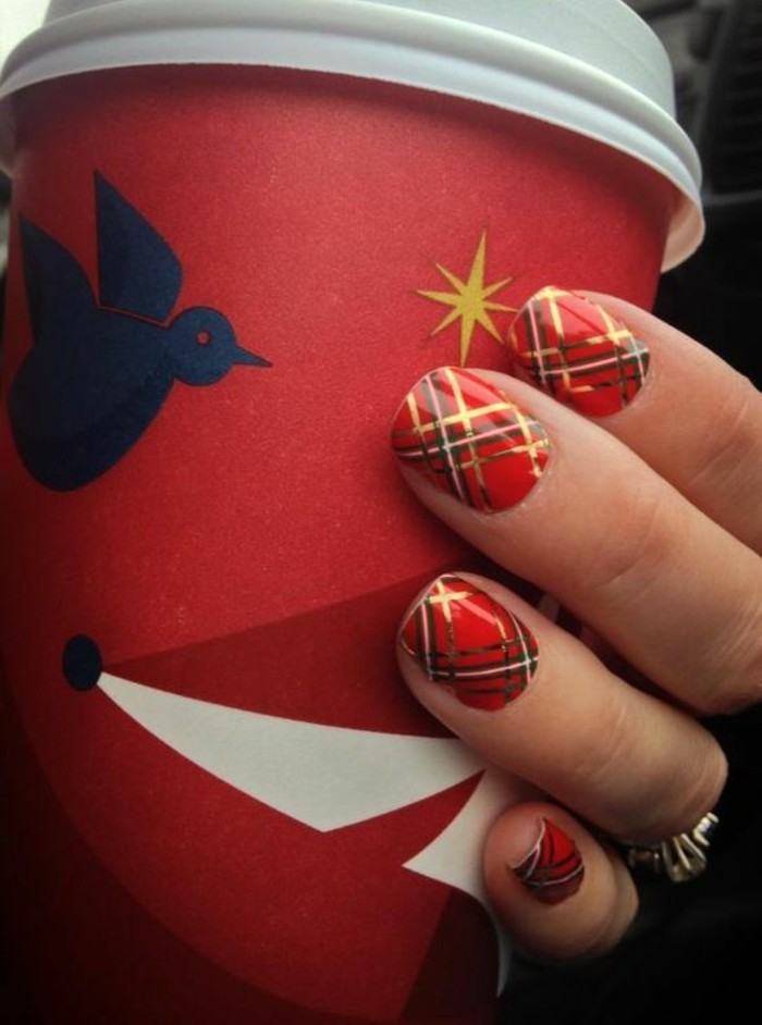 nageldesign-ideen-rot-und-gold-kaffee-nagellack-finger-arm-ring