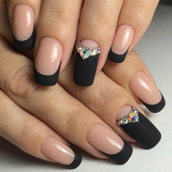 nageldesign-schwarz-french-manikure-strassteinchen-nagel