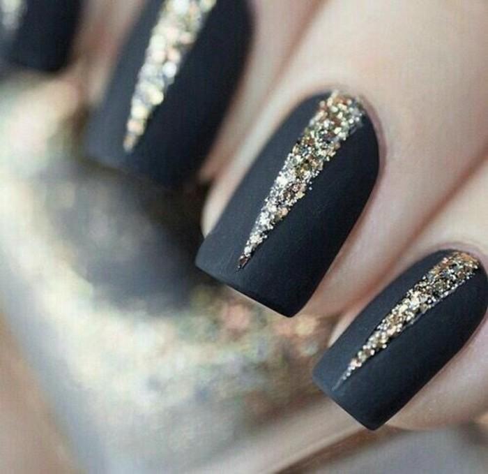 nageldesign-schwarz-goldene-elemente-nagellack-gelnagel