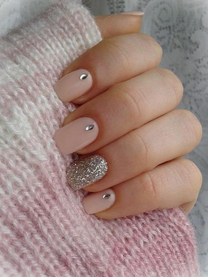 nageldesign-winter-beige-silberner-nagellack-strasssteinchen-rosa-schal