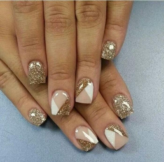 nageldesign-winter-beige-weis-und-gold-glitzer-nagel-finger