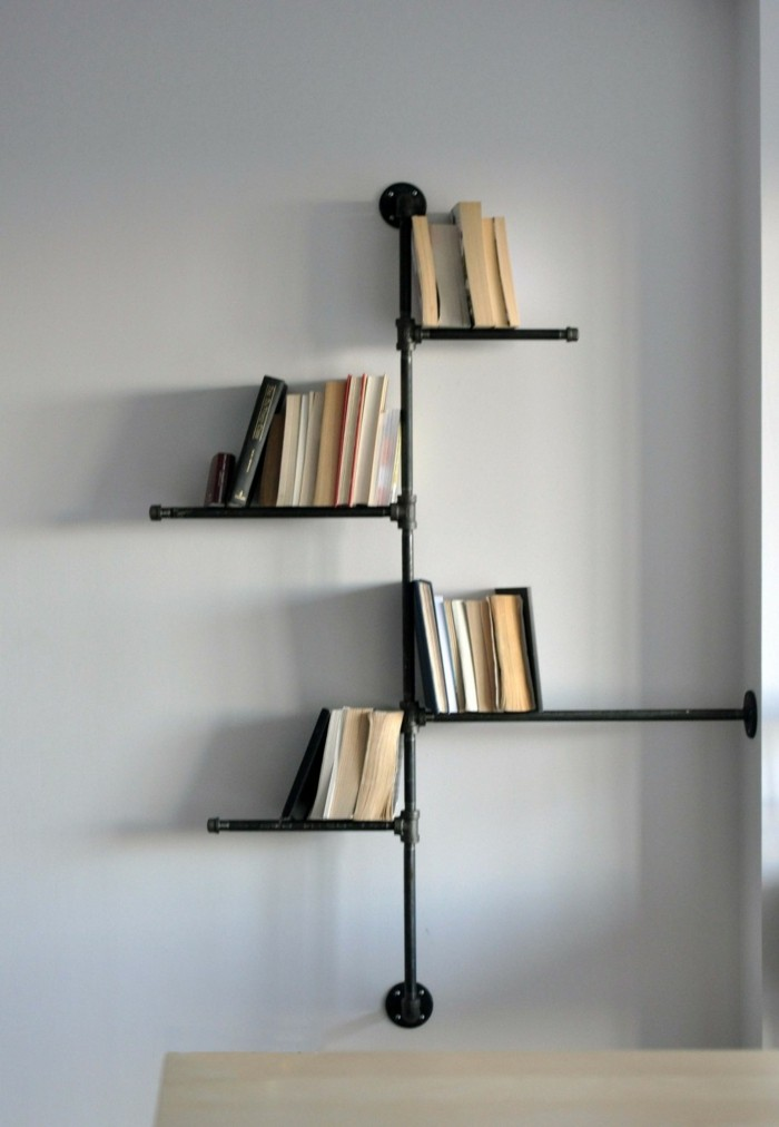 originelle-buecherregale-minimalistisch-in-schwarzer-farbe-ganz-praktisch-alte-buecher