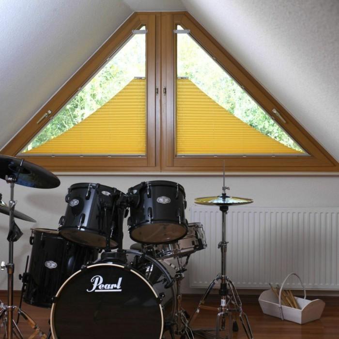 sonnenschutz-plissee-fuer-dreieckfenster-in-gelb-griffe-zum-auf-und-abziehen