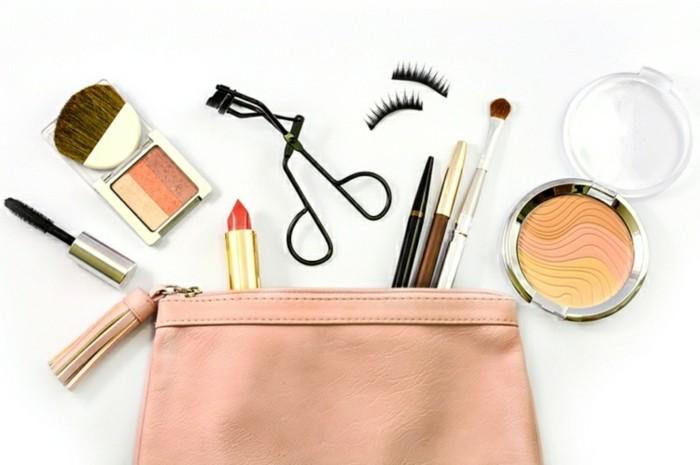 rouge-puder-wimpernzange-handtasche-tragen-ideen-zubehor-makeup-kosmetik