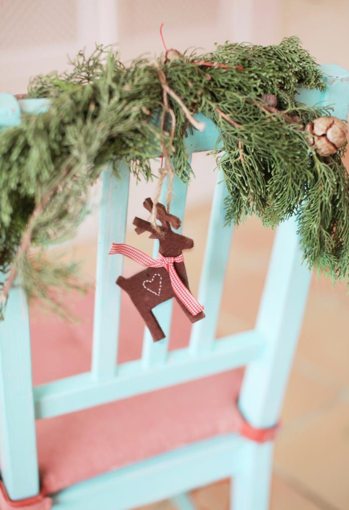schöne dekoration weihnachten weihnachtsbaumschmuck basteln renntiere aus stoff tannenzweige blauer stuhl