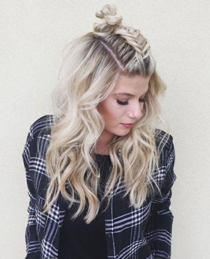 schone-haarfrisuren-blonde-lockige-schulterlange-haare-kariertes-hemd-schwarze-bluse