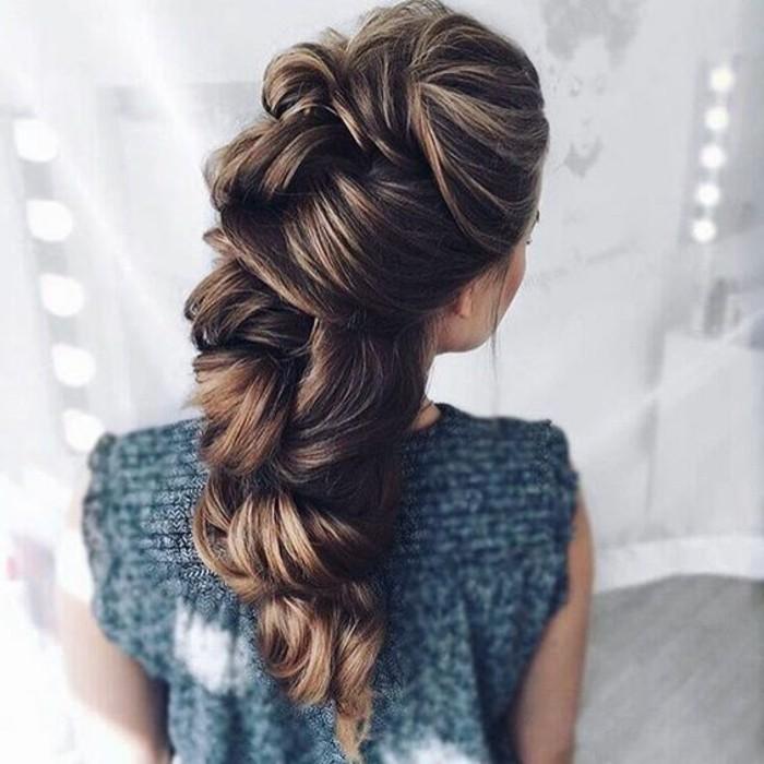 schone-haarfrisuren-braune-lange-haare-frisur-frau-graue-bluse