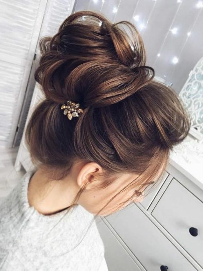 schone-haarfrisuren-hocksteckfrisur-braune-haare-graue-bluse-weiser-schrank