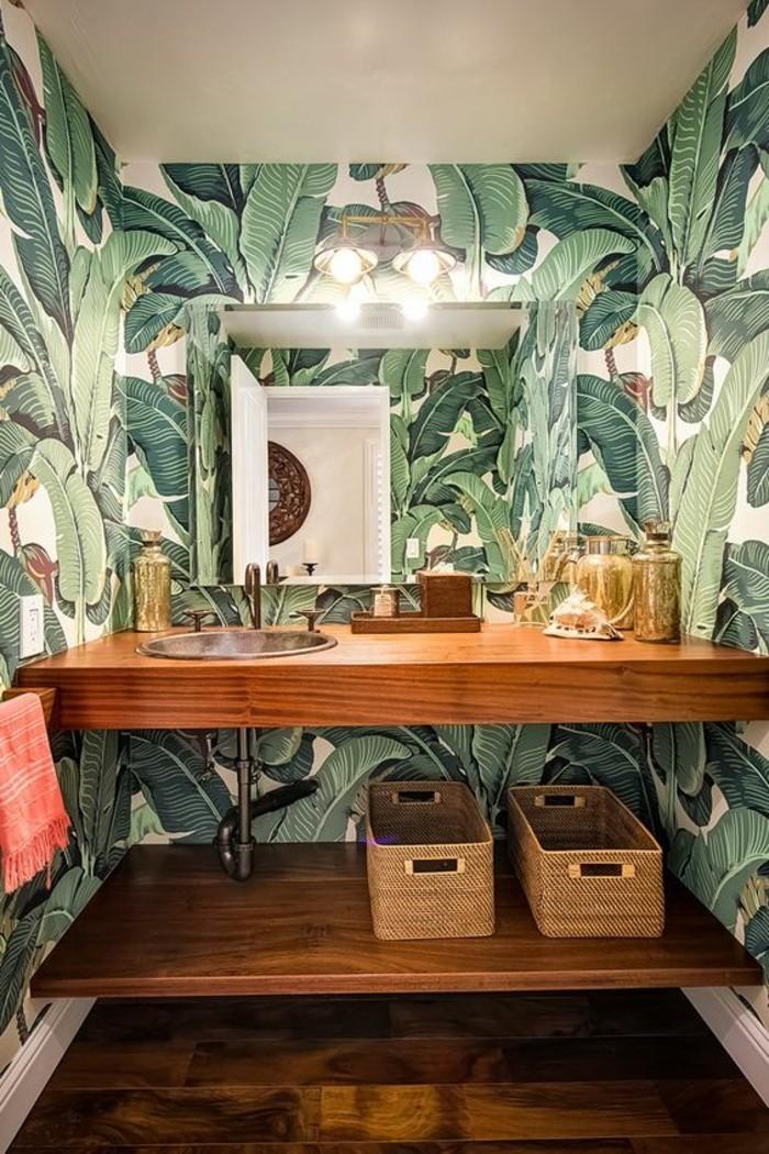 schone-tapeten-badezimmer-holz-waschbecken-eckiger-spiegel-geflochtene-korbe