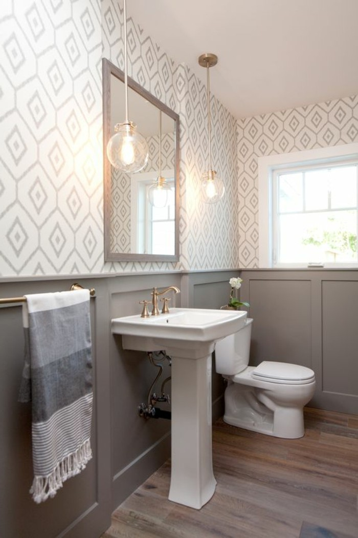 schone-tapeten-badezimmer-weiser-waschbecken-spiegel-lampe-blume-fenster