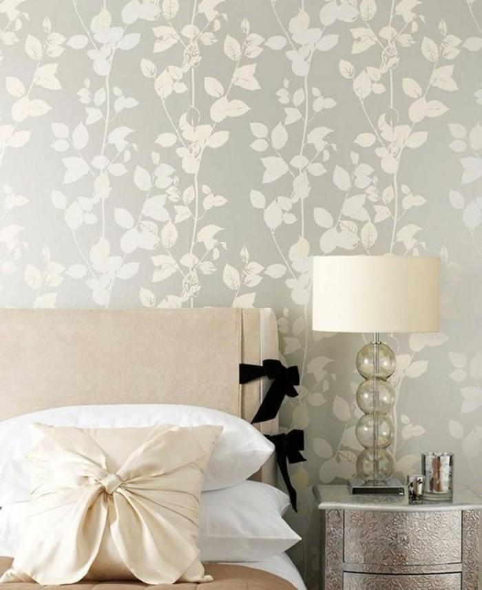 schone-tapeten-in-beige-schlafzimmer-dekokisse-bett-nachttich-stehlampe