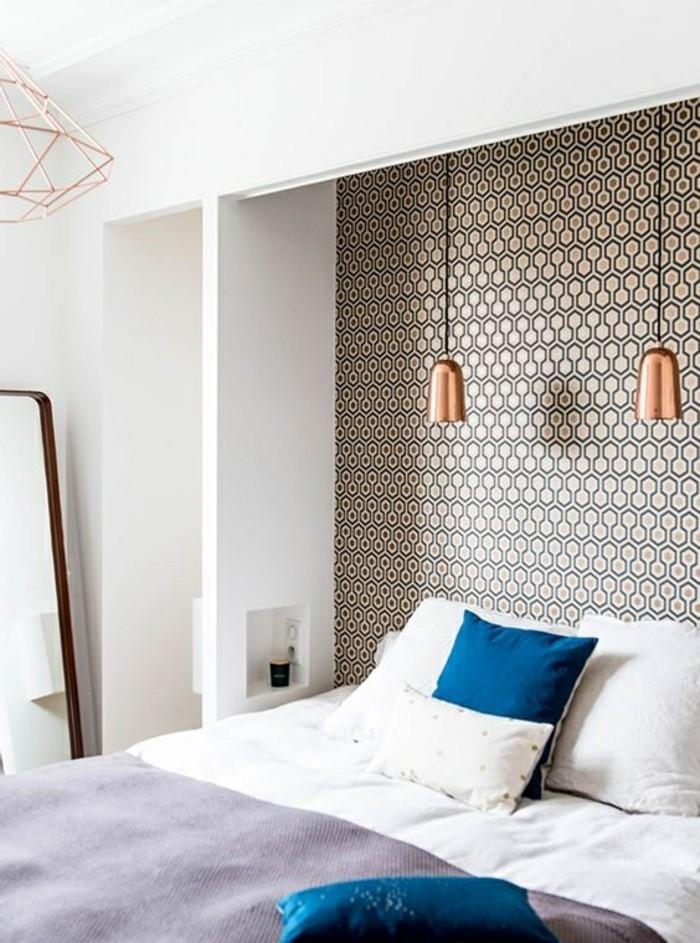 schlafzimmer-tapete-muser-bett-kissen-lampe-weise-wand-spiegel