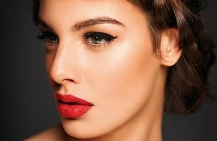 schminken-tolle-ideen-klasse-rote-lippen-und-lidstrich-dunkel-model-haare