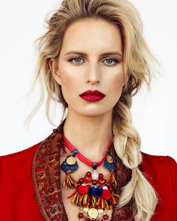 schminken-tolle-ideen-outfit-und-lipstick-in-rot-schmuck-schmuckstuecke-blondes-haar-zopf