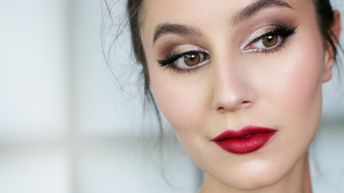 schminken-wie-die-stars-grosse-augen-model-rote-lippen-lippenstift-augenschatten