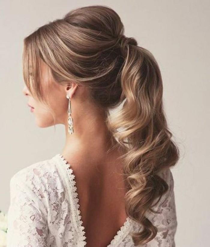 schnelle-frisuren-blonde-lange-lockige-haare-weiser-kleid-ohrringe-frau