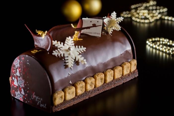 schokokuschen-mit-guss-biskuiten-schneeflocken-aus-weisser-schokolade-nachspeise-weihnachten