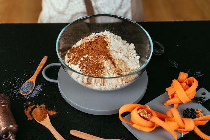 Mandelmehl und Quinoamehl, Backpulver und Zimtpulver in einer Schüssel vermischen