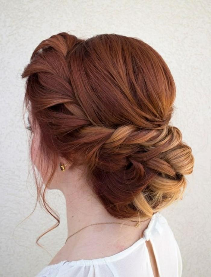 schulterlange-rote-haare-hochsteckfrisur-zopf-frau-weise-bluse-goldene-accessoires