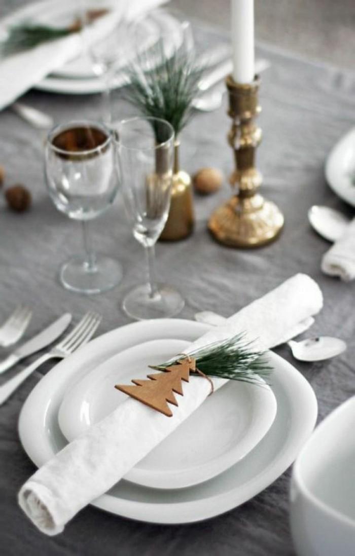 servietten-falten-weihnachten-graue-tischdecke-weinglaser-goldener-kerzenhalter