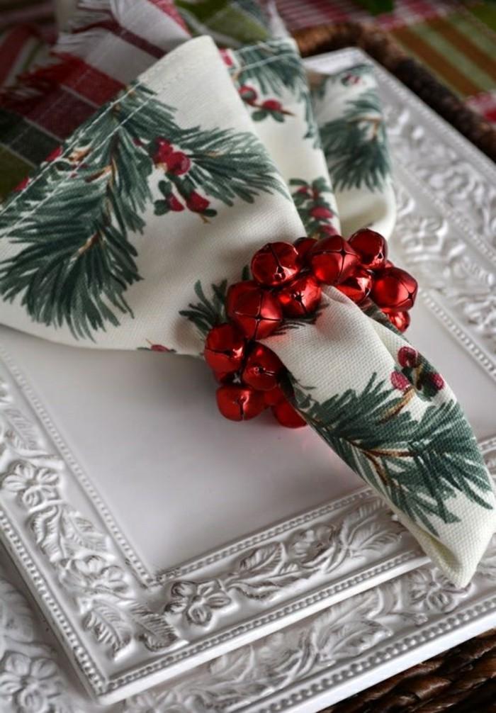 servietten-falten-weihnachten-weise-teller-rote-glockchen-serviette-mit-grunen-zweigen