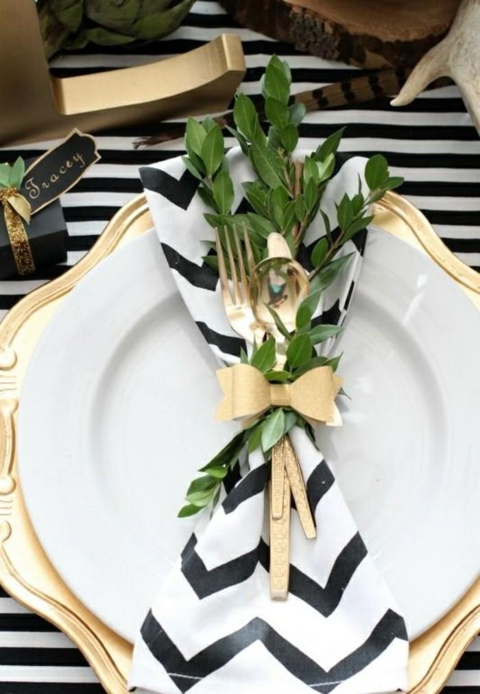 servietten-falten-weihnachten-zweigen-goldener-loffel-gabel-weis-und-schwarz