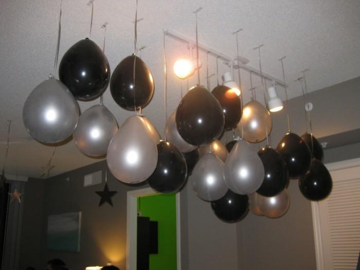 silvester-dekoration-ideen-mit-weissen-und-schwarzen-ballonen