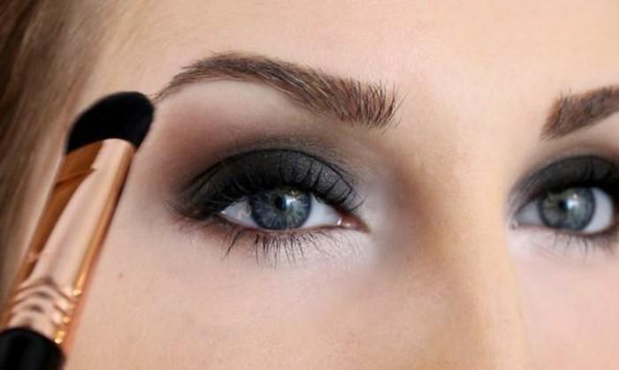 silvester-make-up-akzent-auf-augen-dunkelblau-weiss-pinsel-schminke-party-look