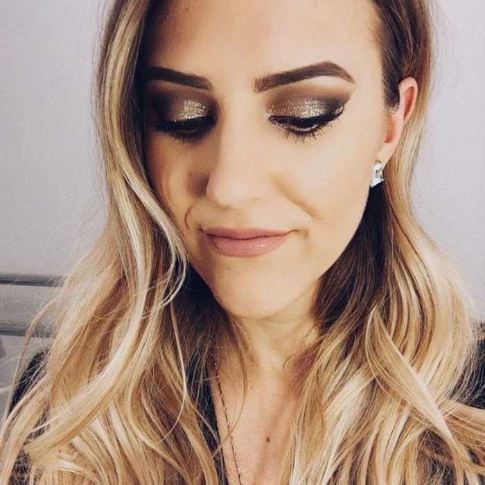 silvester-make-up-goldene-smokey-lidschatten-nude-lippen-palette-blondes-haar-feier