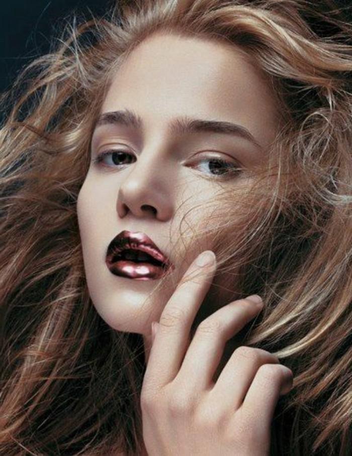 silvester-styling-akzent-auf-lippen-golden-rose-rot-lange-haare-wind-goldene-effekte