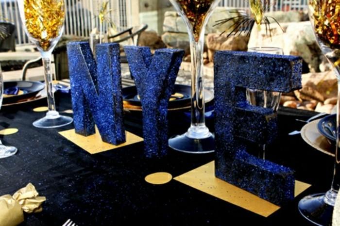 silvesterparty-deko-mit-buchstaben-in-blauer-farbe
