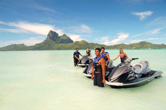 freizeitaktivitäten auf insel bora bora im französisch-polynesien jetski fahren gebirge hintergrund ozean und berge