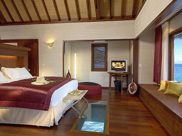hotelzimmer luxus in rot und weiß schönes zimmer mit blick nach unten im wasser fernsehwand großes boxspringbett