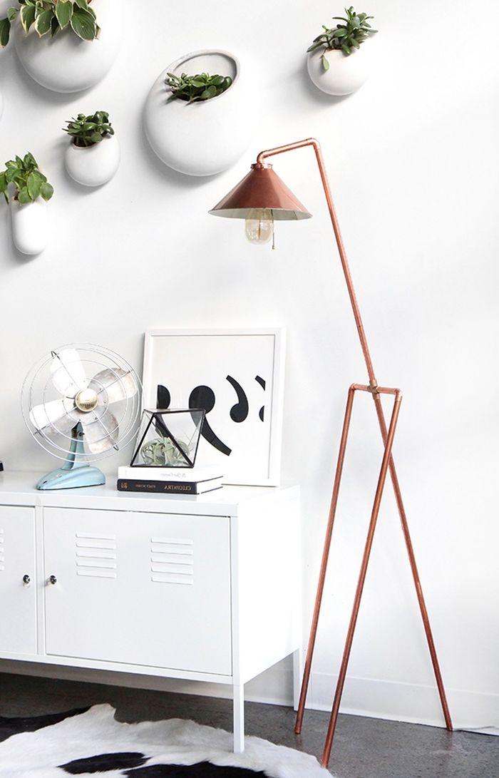 stahlampe selber bauen aus messingröhren diy deko ideen lampe rohrlampe weißer schrank
