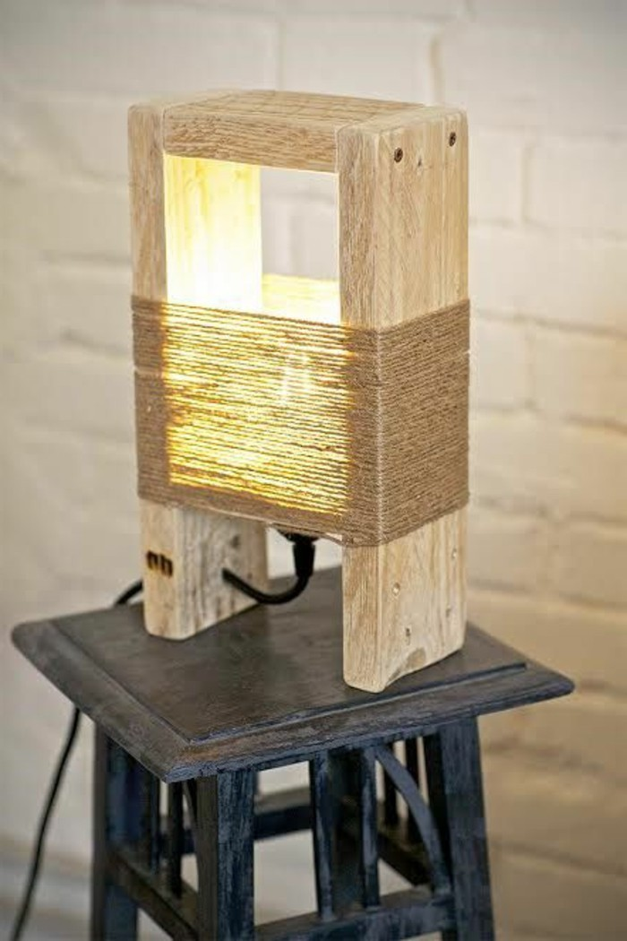 stehlampe-selber-bauen-holz-seile-schwarzer-hocker-weise-wand