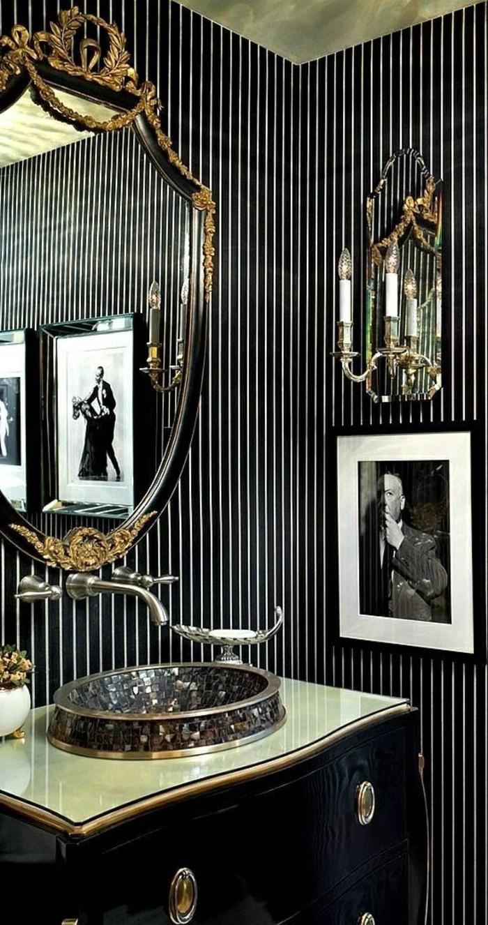 tapeten-ideen-schwarze-tapete-mit-weisen-linien-foto-spiegel-badezimmer-waschbecken