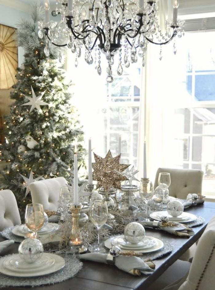 tischdeko-selber-machen-kronleuchter-weihnachtskugel-tannenbaum-silberne-tischdeko
