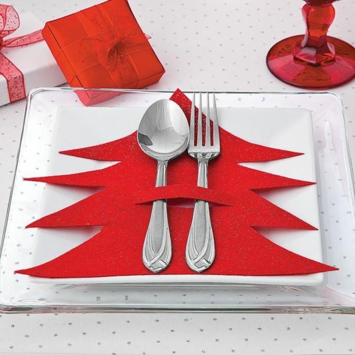 tischdeko-selber-machen-rote-tannenbaume-silberne-bestecke-teller-rote-geschenkbox