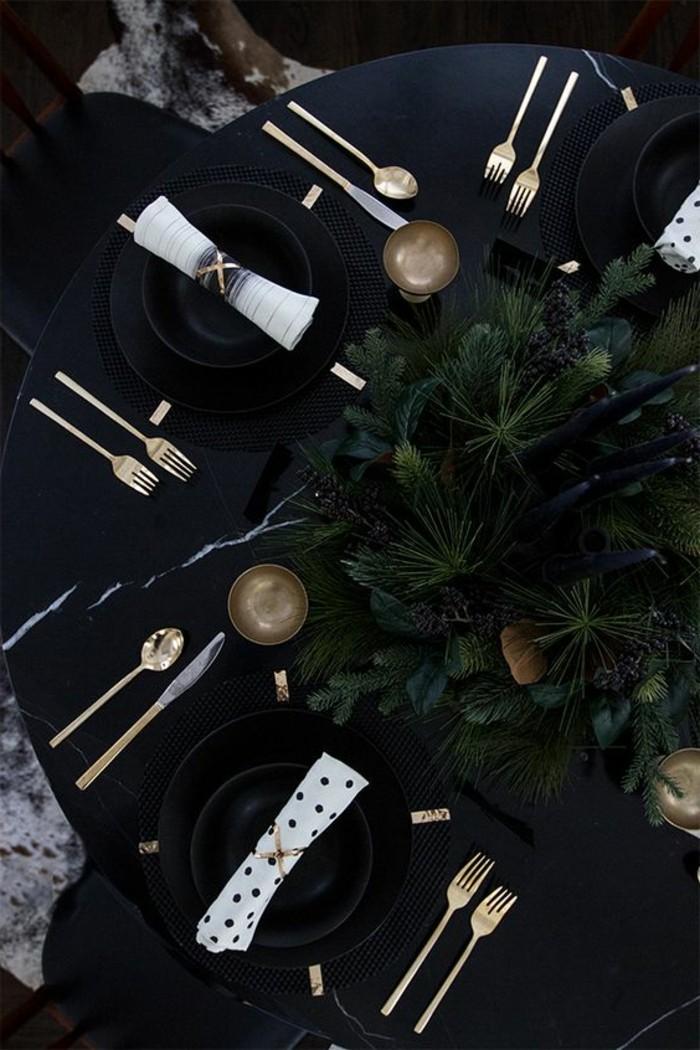 tischdeko-selber-machen-schwarze-tischdecke-goldene-bestecke