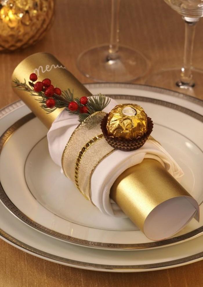 tischdeko-selber-machen-vogelbeeren-bonbons-weise-teller-mit-goldenen-ornamenten