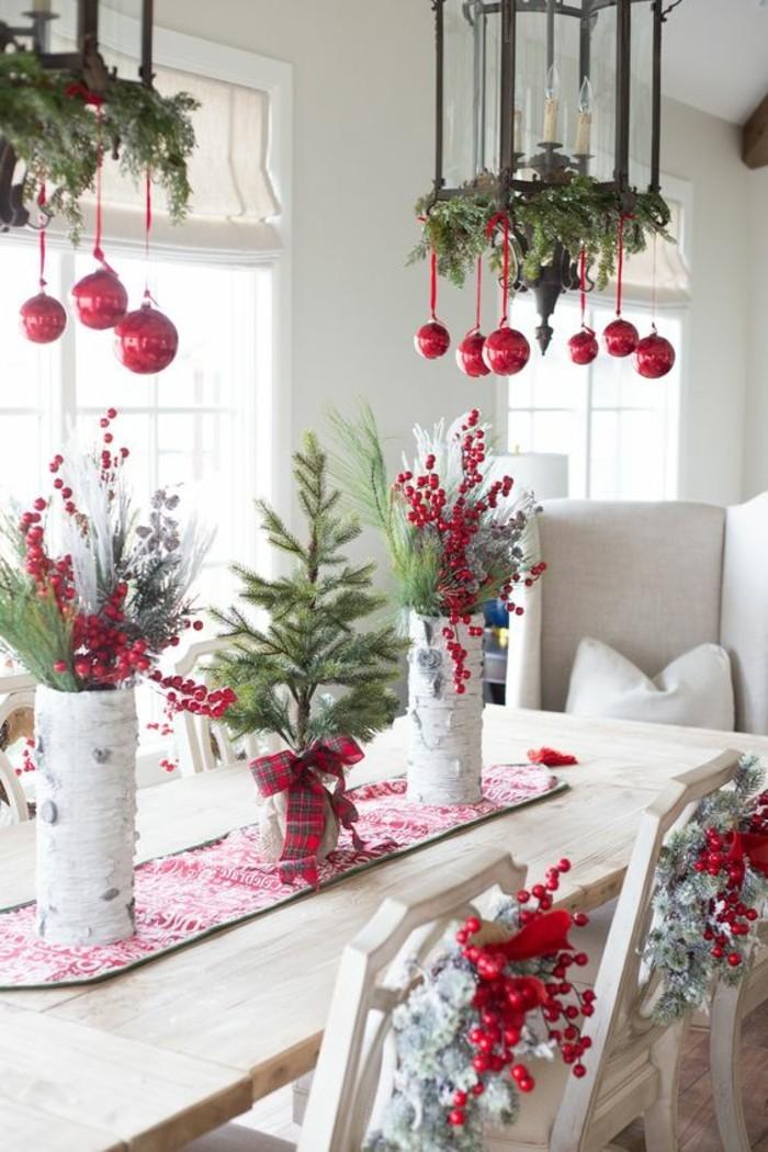 tischdeko-selber-machen-vogelbeeren-rote-kugeln-weihnachten-immergrune-zweige