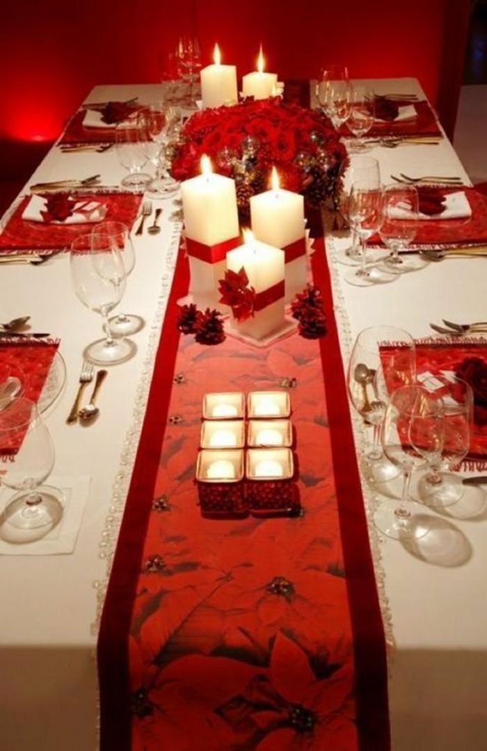 tischdeko-selber-machen-weise-kerzen-mit-roten-schleifen-weinglaser-weihnachten-rote-blumen