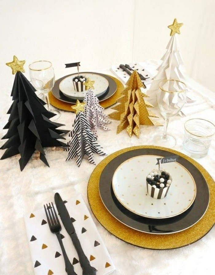 tischdekoration-weihnachten-in-weis-schwarz-und-gol-weihnachtsbaume-aus-papier