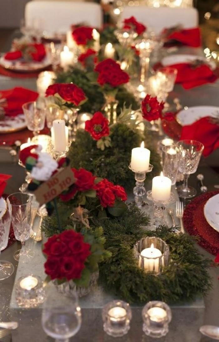 tischdekoration-weihnachten-rote-blumen-kerzenhalter-immergrune-zweigen-rote-servietten