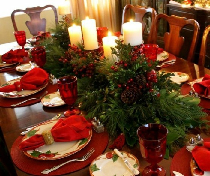 tischdekoration-weihnachten-rote-servietten-weise-kerzen-immergrune-zweigen-tannenzapfen